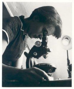 Rosalind Franklin with microscope in 1955. (MRC Laboratory of Molecular Biology) [Image: Wikimedia]